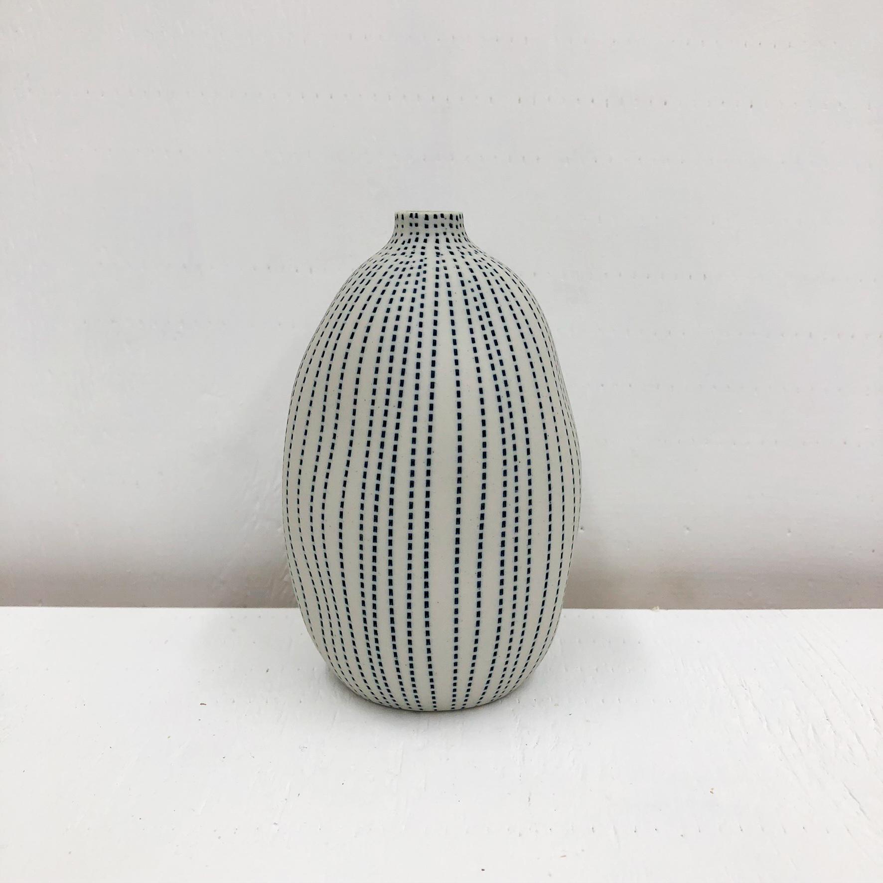 Gugu Sag L Handmade Vase - White & Blue Dots -empty