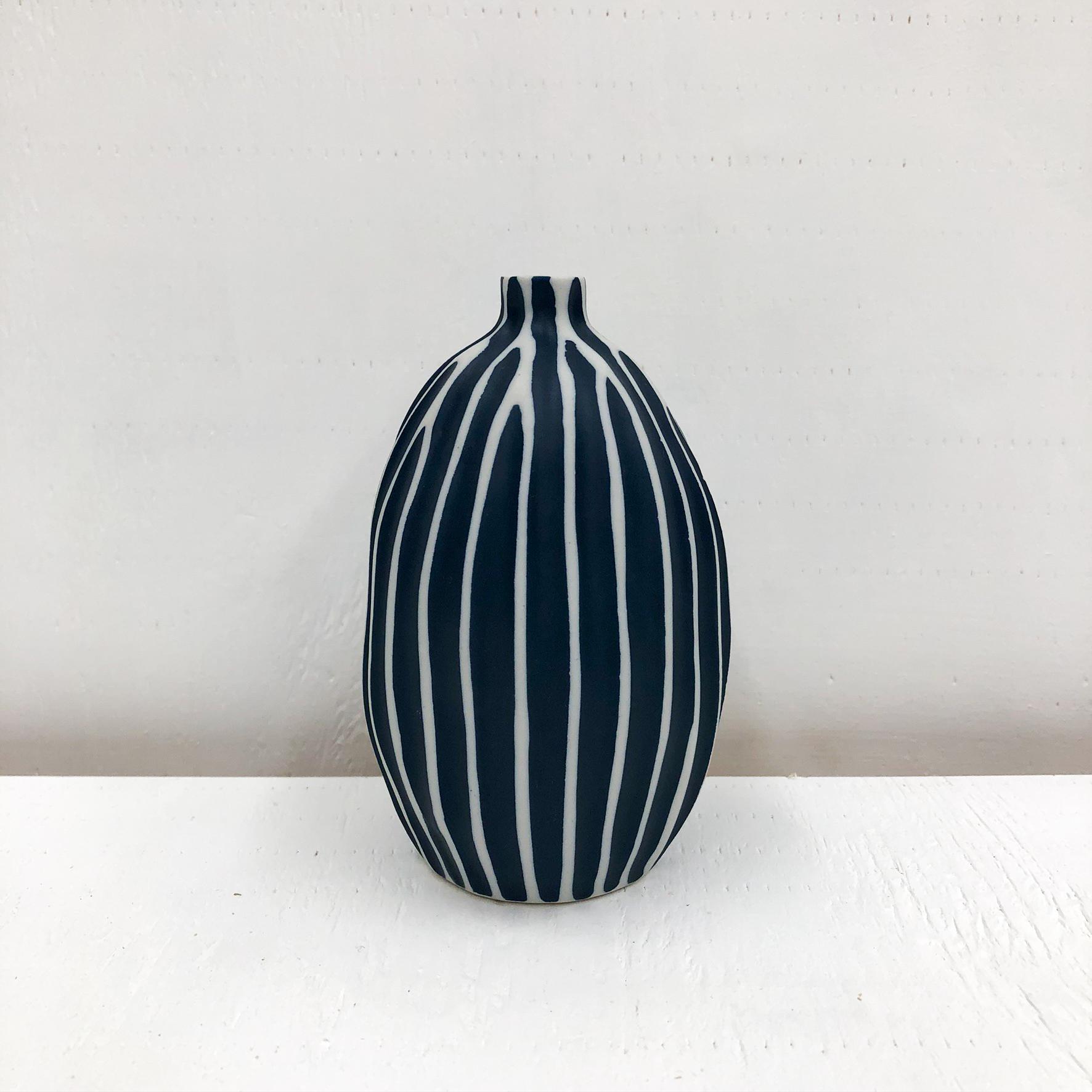 Gugu Sag L Handmade Vase- White & Navy - empty